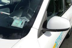 A-Säule eines Stattauto-Fahrzeugs mit einem Schlüsselkarten-Lesegerät hinter der Windschutzscheibe